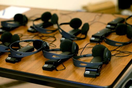 Kopfhörer mit Empfänger für simultane Verdolmetschung