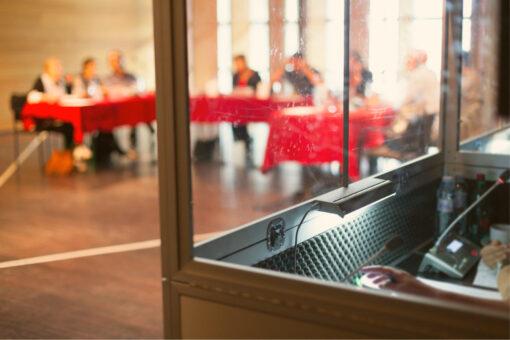 Dolmetschkabine in Konferenzraum
