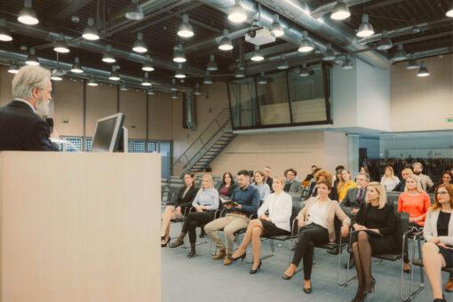 Redner Zuhörer Empore mit Dolmetschkabine