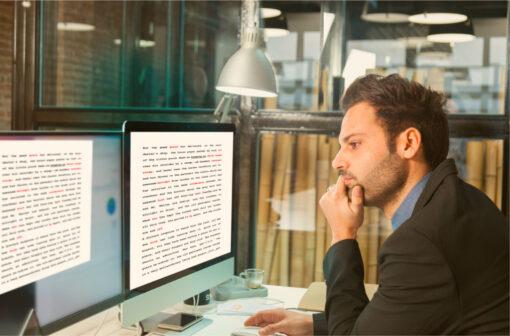 übersetzer vor zwei monitoren