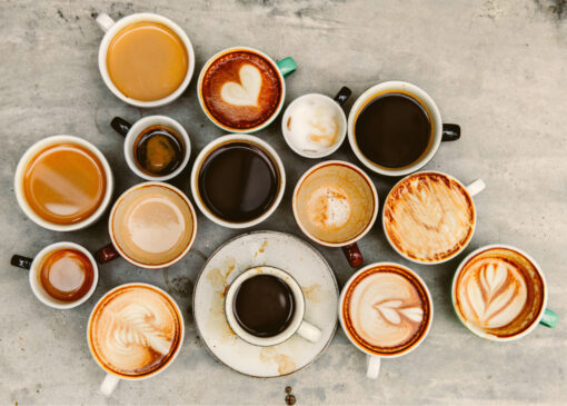 verschiedene Kaffeetassen von oben